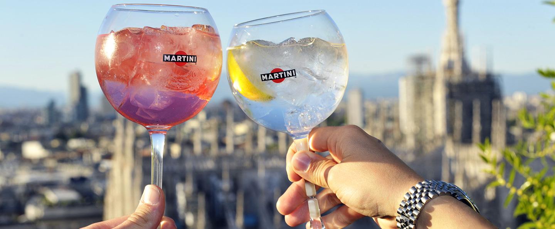 Due Cocktail Martini con la vista dall'alto su la città di Milano
