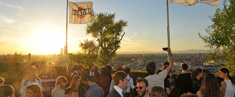 Giovani che si divertono durante un evento privato in Terrazza Martini Milano