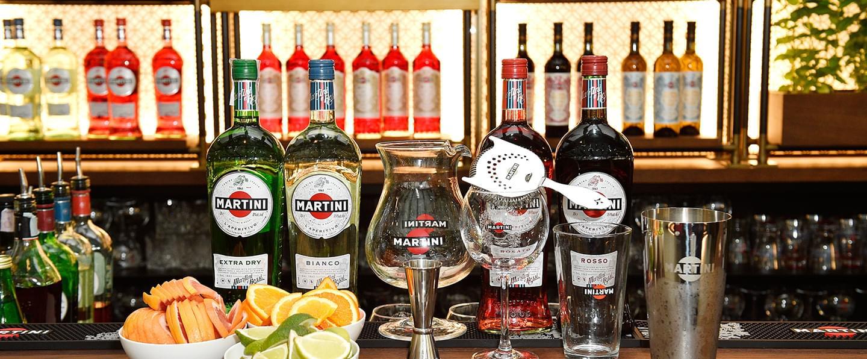 Il bancone pronto per una Martini Cocktail Experience, la mixology nel salotto sul tetto di Milano