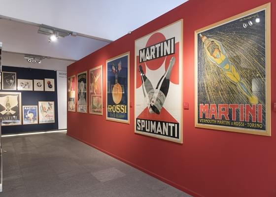 La sala del museo Mondo Martini con pubblicità storiche di Martini & Rossi