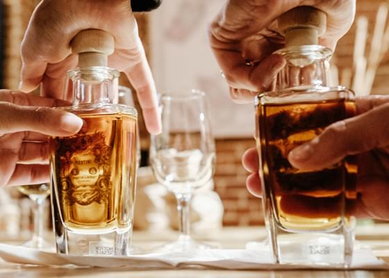 Due mani chiudono le bottiglie di Vermouth Martini